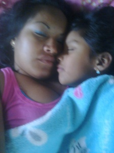 Que Rico dormir abrazadita de ella. Mi retoñito.